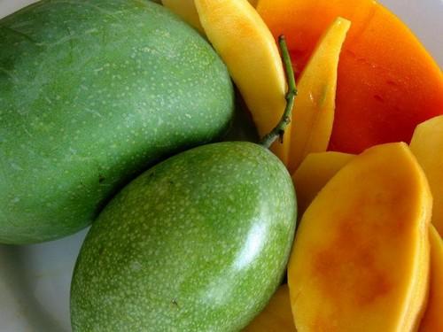 Спелый зеленый манго