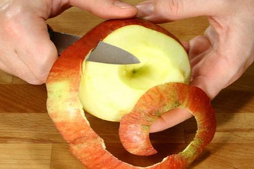 Чистить яблоко от кожуры