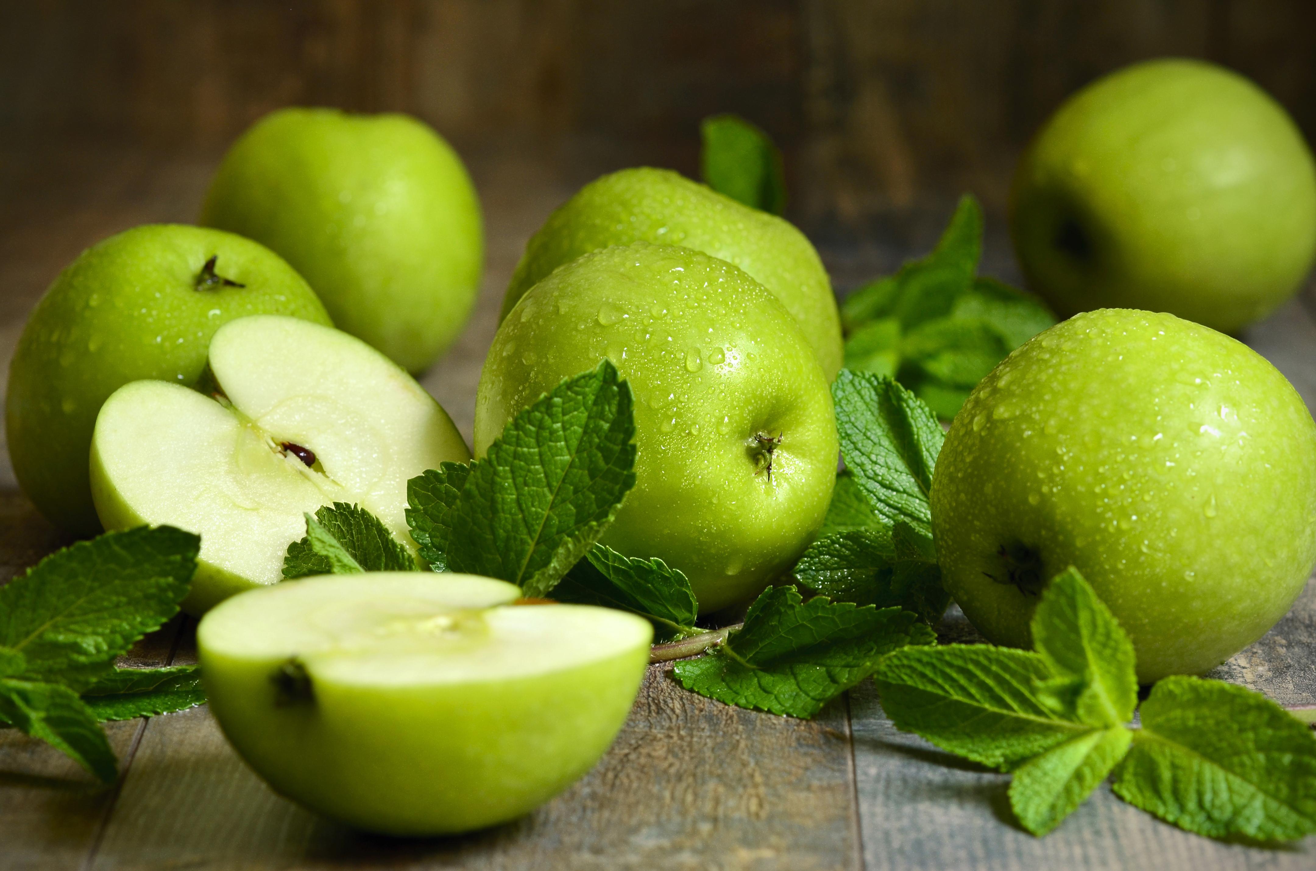 Кислые зеленые яблоки